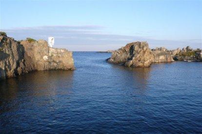 De smalle ingang van Beaucette Marina