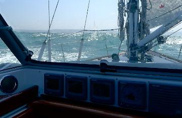 Veel wind en flinke golven onderweg.
